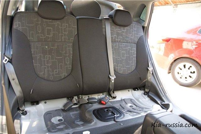 как откинуть заднее сиденье на киа рио