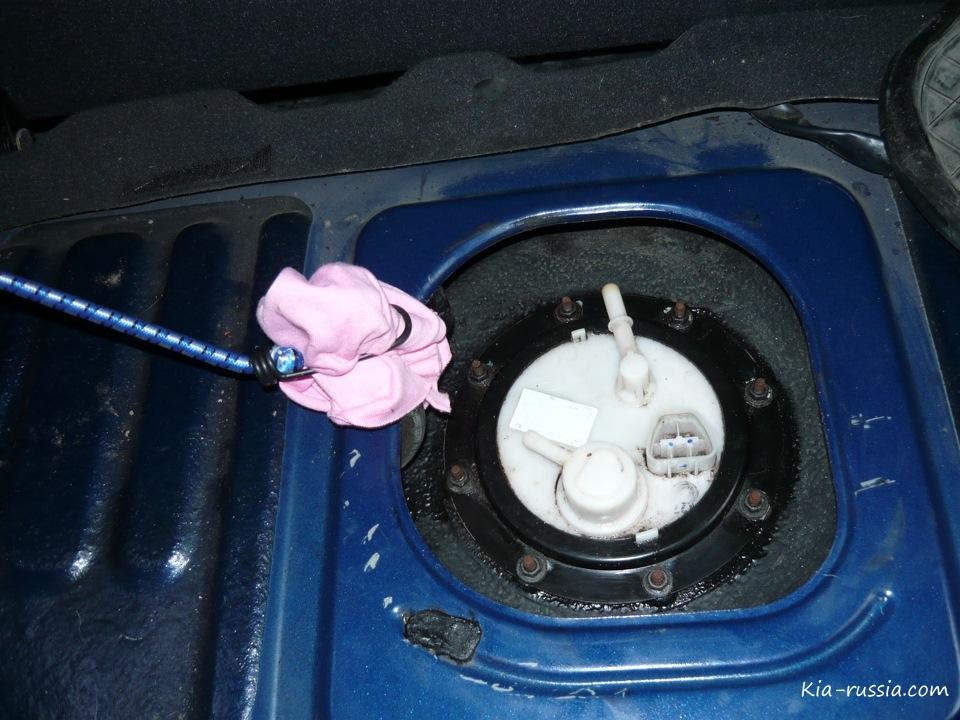 где установлен топливный фильтр киа рио