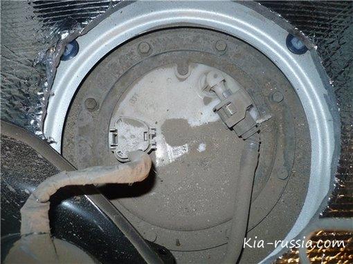 как снять бензиновую трубку с фильтра киа каренс